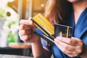 Americans max out their credit cards! How to avoid the credit card debt trap